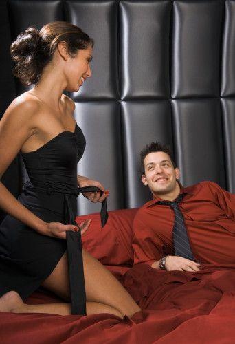 Açık konuşmaların afrodizyak etkisini deneyerek öğrenebilirsiniz. Böyle bir şey genelde erkeklerin daha çok hoşuna gider. Eğer partnerinize sevişme anında ilk defa açık sözcükler kullanacaksanız, bunu yavaş yavaş yapın. Bu yöntemle partnerinizin tepkilerini inceleyin. Partneriniz şaşırmış bir tepki verir ya da bu durumdan hoşlanmazsa, bunu onunla daha sonra konuşabilirsiniz. Bu durumda belki de tatlı ve sıcak kelimeler seçmeniz daha uygun olur.